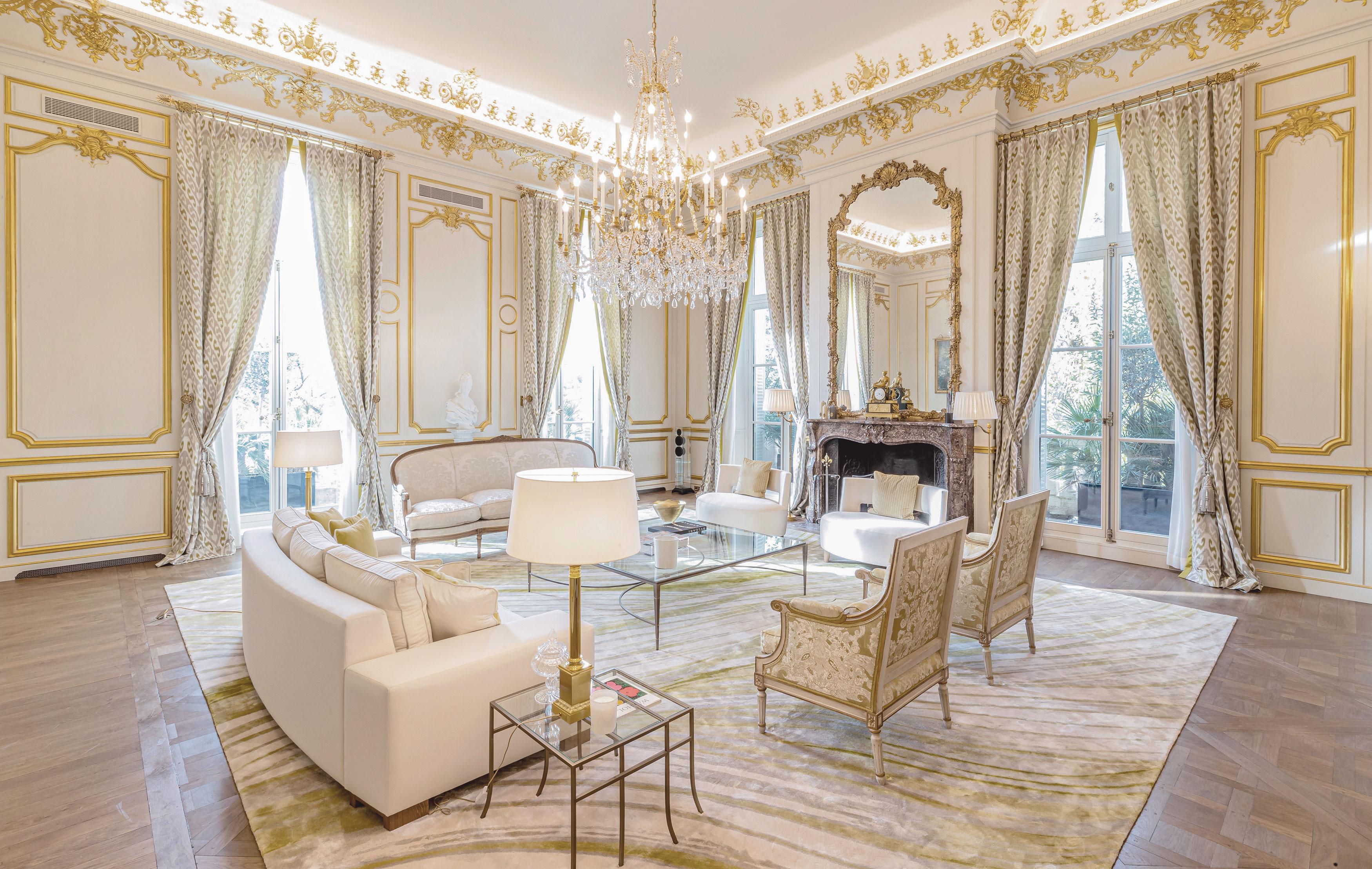 Living area in a luxurious apartment duplex in Paris